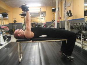 Pullovers med hantel: 2. Ta tag i hanteln/vikten med båda händer och sträck på dina armar så att de pekar rakt upp mot taket.