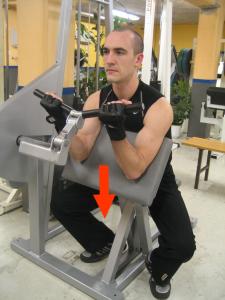 Scottcurls i maskin - Sänk stången i en lugn kontrollerad rörelse.