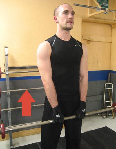 Utgångsposition: Drag till hakan med skivstång - Ta tag i skivstången med ett överhandsgrepp. Mellanrummet mellan händerna ska vara ungefär en handbredd, men beroende på hur din kropp är konstruerad så akn det hända att du kan hålla händerna tätare ihop, eller måste ha dem bredare isär.