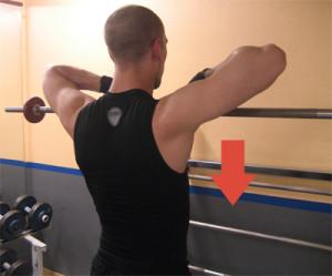 Drag till hakan med skivstång: Dra upp skivstången upp till hakan och håll armbågarna högt. Sänk sedan skivstången igen i en kontrollerad rörelse ner till utgångspositionen.