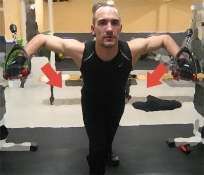 Kryssdrag med extra koncentration på mellersta delen av bröstmuskulaturen: Du börjar med böjda armar i axelhöjd. För sedan ihop armarna framför dig.