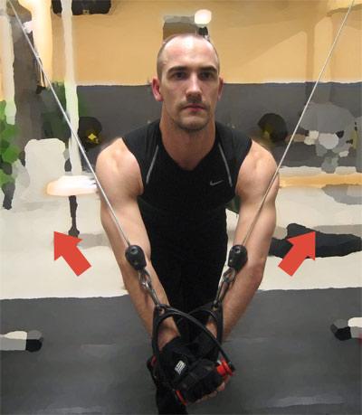 Kryssdrag med extra koncentration på mellersta delen av bröstmuskulaturen: När du fört ihop armarna jobbar du sedan tillbaka till utångspositionen med böjda armar.