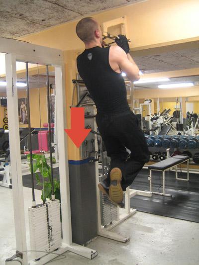 Omvända chins - När hakan är i höjd med räcket sjunker du med en kontrollerad rörelse ner igen.