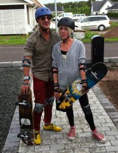 Jag och Anna med våra nyinköpta skateboards och skydd.
